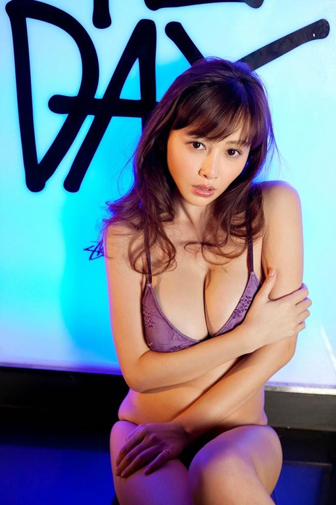 Sugihara xinh xắn bên hồ bơi