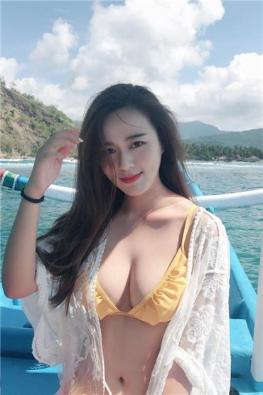 Zacklyn Yi Big Boobs Bikini Picture and Photo