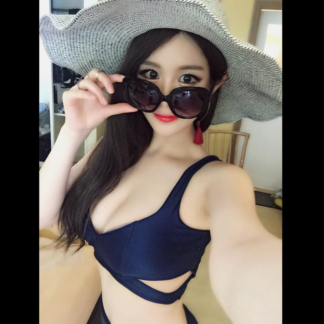 Hong Li Bikini Picture and Photo
