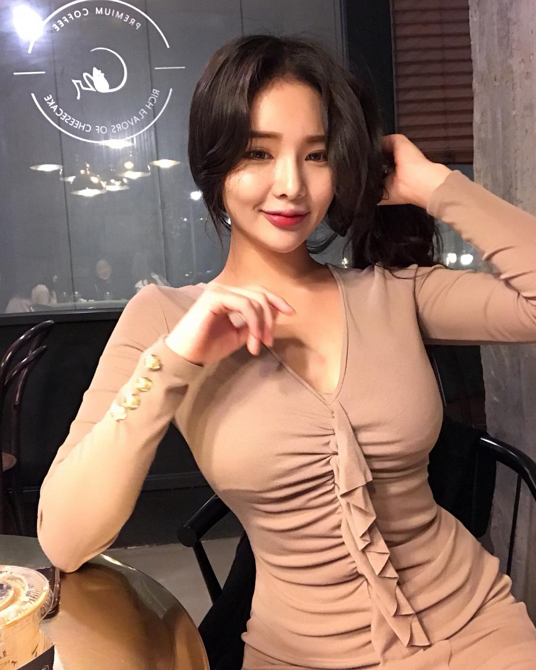 Jeee622 Huge Boobs Plump Picture and Photo